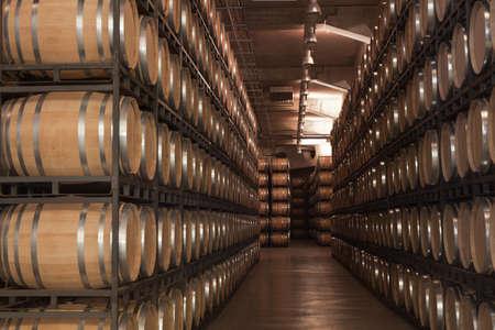 Valladolid, Spanien, 9. Juli 2011. Innerhalb eines Weinguts in Ribera del Duero, mit Weinfässern gestapelt