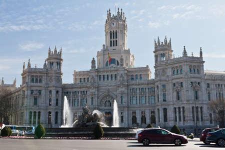 plaza de la cibeles: Madrid, Espa�a, 10 de febrero de 2012. Plaza de la Cibeles en el coraz�n de la capital, la fuente de la diosa Cibeles de 1782, por Ventura Rodr�guez y el fondo del Palacio de Comunicaciones y basada en la actualidad es el Ayuntamiento. Hay tr�fico y personas