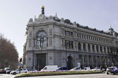 plaza de la cibeles: Madrid, Espa�a, 10 de febrero de 2012. Edificio de la sede del Banco de Espa�a por Eduardo Sanz Adara y Severiano de la Lastra, que mira hacia la Plaza de la Cibeles. Pertenece a la herencia hist�rica de Espa�a. Hay coches y peatones a su alrededor.