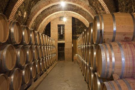 cave: Tonneaux de vin dans la cave Banque d'images