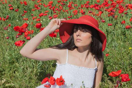 mujer: Niña Entre amapolas, sombrero rojo