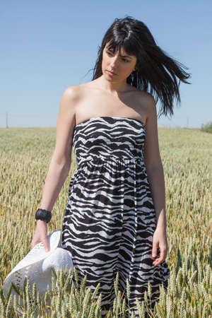 agricultura: Chica Joven en el trigo con el sombrero