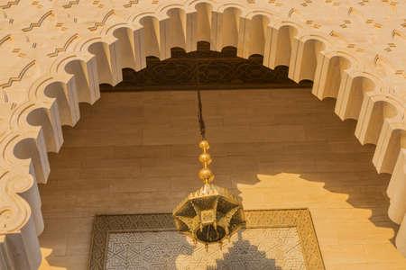 arabe: arco de piedra árabe con lámpara artesanal de bronce