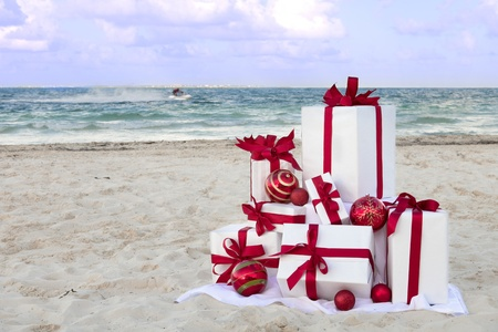 Christmas gifts on a tropical beach with a jetski in the background Banque d'images