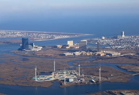 and authority: Atlantic City, Nueva Jersey, EE.UU. - 25 de enero de 2012: Vista a�rea de Atlantic City de New Jersey que muestra la franja de casinos a lo largo de la entrada y las turbinas de viento y de tratamiento de agua en el Atlantic City Autoridad Municipal Editorial
