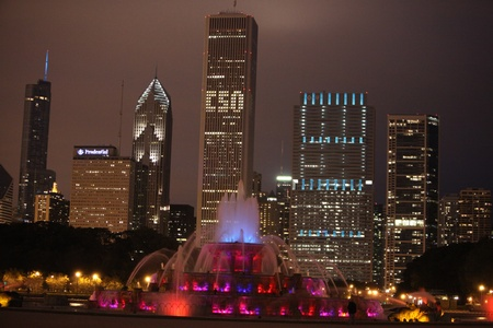 Chicago Famous Fountain and Skyline on an overcast nightChicago Famous Fountain and Skyline on an overcast night Stock Photo - 12193911