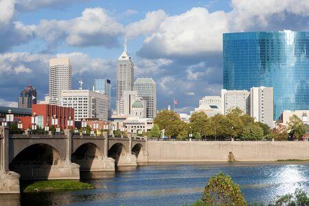 Skyline ofDowntown Indionapolis, Indiana durante o dia, tirada do rio Branco Imagens