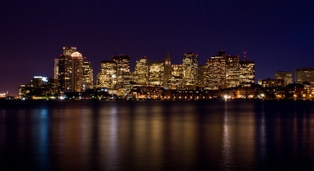 Downtown Boston skyline at night refelction in the water  Banque d'images