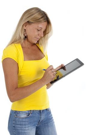 カジュアルな服装の女性、スタイリストと白い背景の上の空白の電子タブレット ショットを書く