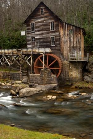molino de agua: Glade Creek Grist Mill en Babcock State Park cerca de New River Gorge en el condado de Fayette, Virginia Occidental tomada a finales de otoño la exposición a largo con el desenfoque de movimiento en el agua