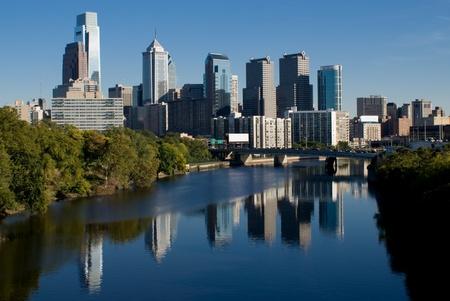 ダウンタウン フィラデルフィアはスクールキル川での反射