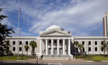 Supreme courthouse in Tallahassee, Florida on a beautiful day  Редакционное