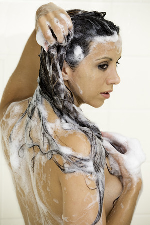 Hübsche Frau unter der Dusche nackt zeigt zurück Standard-Bild - 27040812