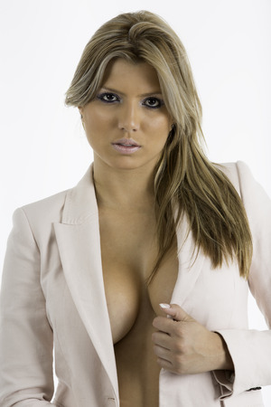 Sexy mulher em um casaco do terno de neg