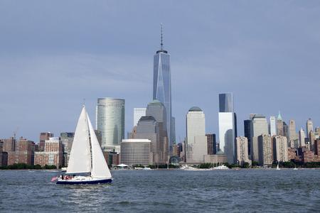 Navegando o rio Hudson com Lower Manhattan, em Nova York, em segundo plano. O novo World Trade Center Torre da Liberdade, como visto