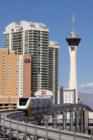 estratosfera: Las Vegas trem monotrilho com a torre de casino Stratosphere no fundo.