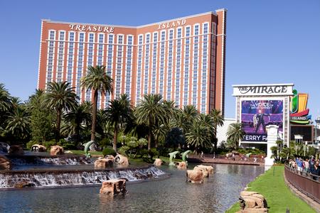 ile au tresor: Treasure Island H�tel et Casino de Las Vegas, Nevada avec le lac au Mirage dans le forground Editeur