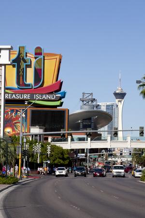 """schateiland: Kijk naar beneden van de beroemde Las Vegas Blvd whic bekend staat als """"The Strip"""" met de Treasure Island teken, Fashion Show Mall en de Stratosphere Tower Redactioneel"""
