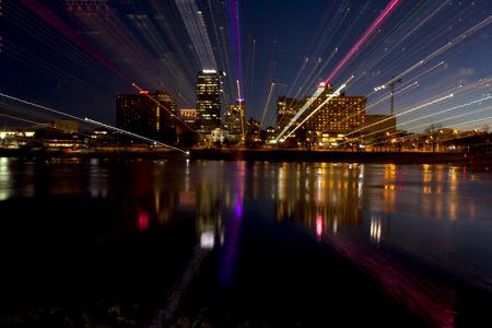 Résumé du paysage urbain du soir de Little Rock, Arkansas, de l'autre côté de la rivière Arkansas. effet de zoom de l'objectif de donner des stries de lumière Banque d'images - 37422831