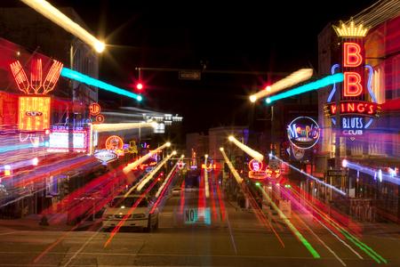 Samenvatting van de beroemde Beale Streetin Downtown Memphis, Tennessee. Het is een belangrijke plaats in de geschiedenis van de stad, en in de geschiedenis van de blues. Vandaag de dag, de blues clubs en restaurants die lijn Beale Street zijn de belangrijkste toeristische attracties in M