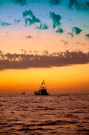 deportes nauticos: barcos de pesca deportiva se acaben de salir simplemente la salida del sol de un d�a de pesca.