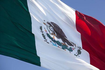 bandera mexicana: Cerrar la vista de una gran bandera mexicana