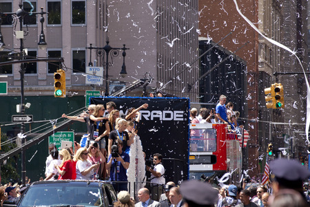 lichtkrant: U.S. womens soccer team wave to the crowd as their float makes it way up Broadways Canyon of Heroes during the ticker tape parade to celebrate the U.S. womens soccer team FIFA World Cup victory in downtown New York City Redactioneel