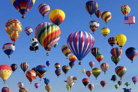 Le lancement de l'ascension de masse de plus de 100 montgolfières colorées au Festival de New Jersey en montgolfière à Whitehouse Station, New Jersey comme une course matinale. Banque d'images - 45292502
