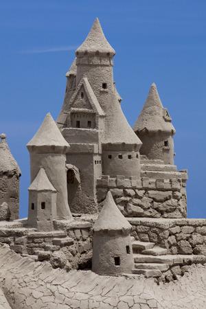 chateau de sable: Ch�teau de sable sur fond bleu. Espace texte Banque d'images