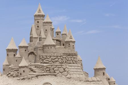 castillos: Castillo de arena con fondo azul. Copia espacio