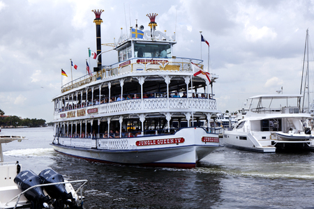 inlet bay: Birds-eye-view of the Jungle Queen taking s group of tourist on a charter sightseeing tourin Fort Lauderdale, Florida. The Jungle Queen offers tourist a fully narrated, 90-minute cruises along the Venice of America, Fort Lauderdales waterways. The cr Editorial