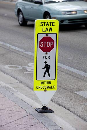 paso peatonal: Muestra cruzada de la caminata diciendo los conductores que deben dejar a los peatones en el cruce de peatones Foto de archivo