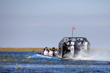 environmental education: Turista disfrutar y ecotour bote de aire del parque de ocio Sawgrass en los Everglades. Sawgrass excursiones en bote de aire son una de las principales actividades de los destinos al sur de la Florida para los visitantes del estado. Editorial