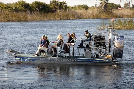 educacion ambiental: Turista disfrutar y ecotour bote de aire del parque de ocio Sawgrass en los Everglades. Sawgrass excursiones en bote de aire son una de las principales actividades de los destinos al sur de la Florida para los visitantes del estado. Editorial