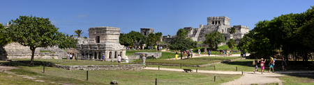 mayan riviera: Tourist sightseeing the Mayan Temples at Tulum, Mexico (panoramic)