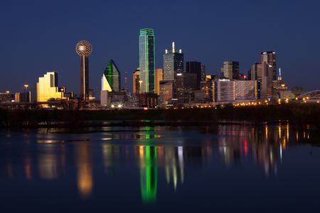 Skyline van het centrum van Dallas, Texas weerspiegelt in de rivier de Trinity 's nachts Stockfoto