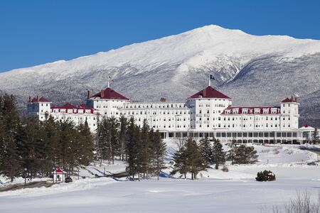 Scenic view of snow covered mountain and lodge at Mount Washington Banque d'images