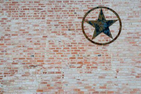 Tejas tema de fondo de una estrella oxidado en una pared de ladrillo