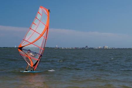 windsurf: El hombre (baby boom) va windsurf en el oc�ano