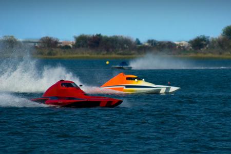 bateau de course: Hydroptère course ina une de course serrée. Bateaux de vitesse à Wildwood Crest HydroFest - la course de gouverneur du New Jersey Cup Boat.