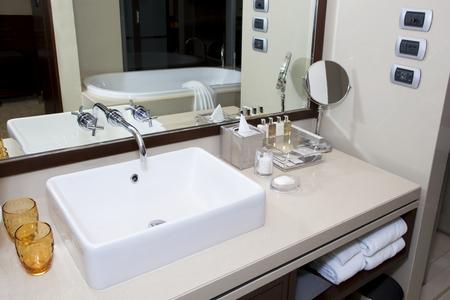modern bathroom: Clean modern bathroom