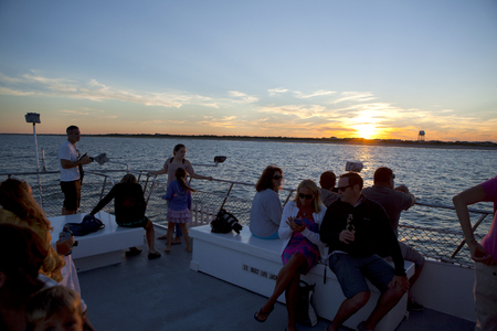 Tourist enjoying a charter sunset cruise in New Jersey off of the shore town of Avalon. Éditoriale