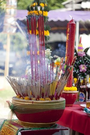 incienso: Pote de incienso para rezar con el humo de los tailandeses toman ceremonia de sacrificio.