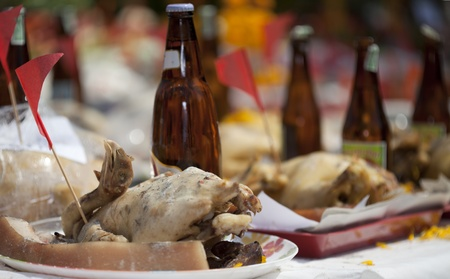 sacrificio: El pollo y el alcohol, los tailandeses utilizan para el sacrificio. Foto de archivo