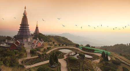 doi: Due pagoda a Doi Inthanon, Chiang Mai - Thailandia, tra l'ora del tramonto. Archivio Fotografico
