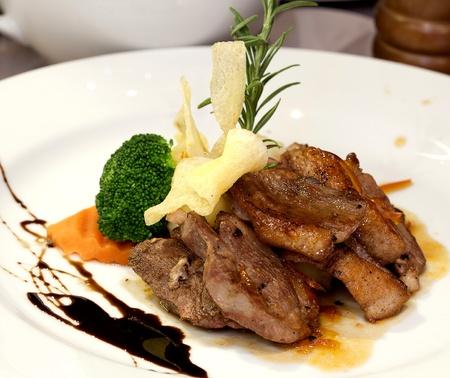 nice food: Аппетитная акций с овощами в белом блюде