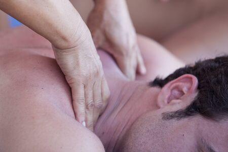 homme massage: Close-up d'un homme séduisant ayant un massage du dos dans un centre de spa