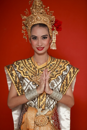 Portrait de jeune femme thaïlandaise dans un ancien wea Thaïlande danse avec fond isolé.