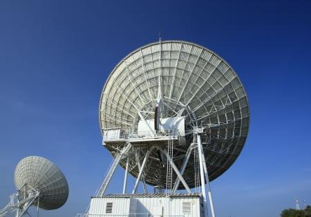 fernrohr: Radioteleskope auf dem Very Large Array mit blauem Himmel Hintergrund Lizenzfreie Bilder