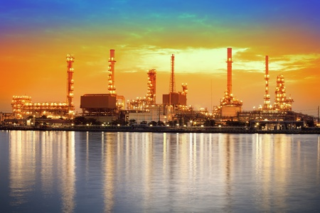 refiner�a de petr�leo: Paisaje del r�o y la f�brica de la refiner�a de petr�leo entre el tiempo de salida del sol en el r�o Chao Praya, Bangkok, Tailandia Foto de archivo